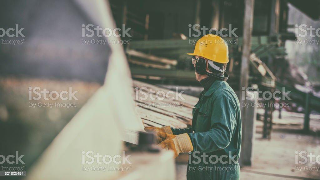 Arbeiten im Sägewerk - Lizenzfrei Bauarbeiterhelm Stock-Foto