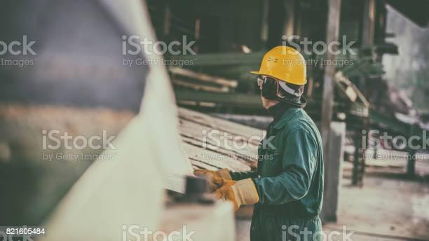Arbeiten Im Sägewerk Stockfoto und mehr Bilder von Bauarbeiterhelm