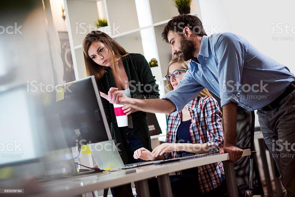 Travaillant dans le bureau - Photo
