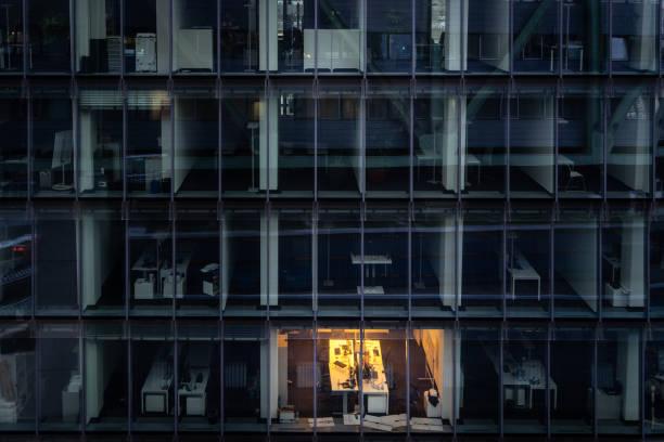 Arbeiten spät: einzelne beleuchtete Büro in der Nacht – Foto