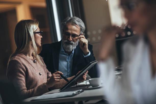 SpätFirma mit Business-Kollege im Amt – Foto