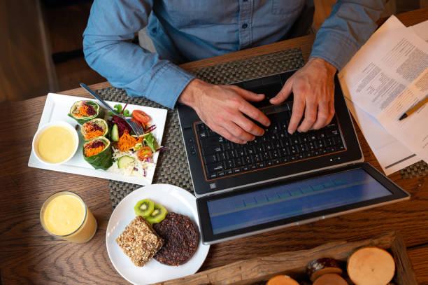 Arbeitsessen mit veganem Essen – Foto
