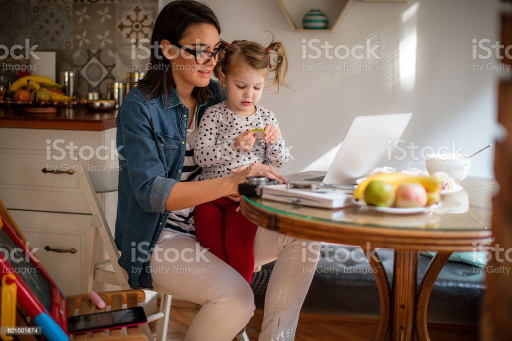 Working mom and her daughter photo libre de droits
