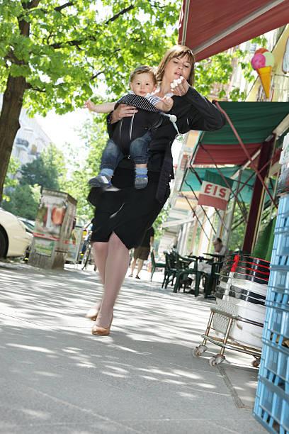 working mom außerhalb, in eile - kinder die schnell arbeiten stock-fotos und bilder