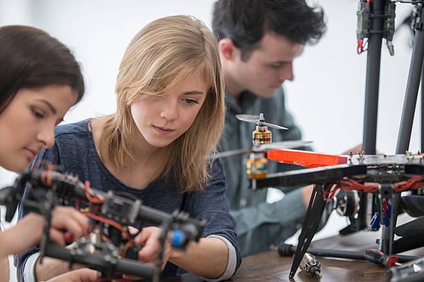 working on a robotic drone - 休閒活動 主題 個照片及圖片檔
