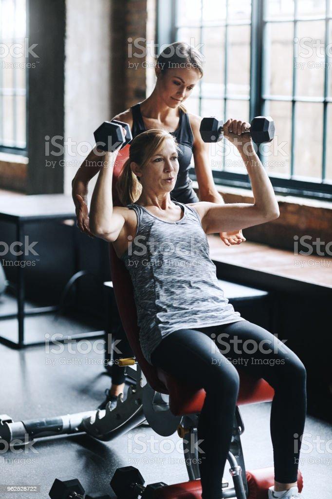 Trabalhando em seus braços hoje - Foto de stock de Academia de ginástica royalty-free