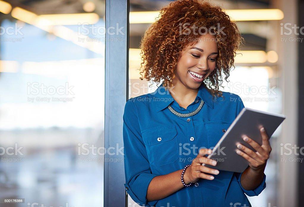 Arbeitet auf ihrem neuen tablet – Foto