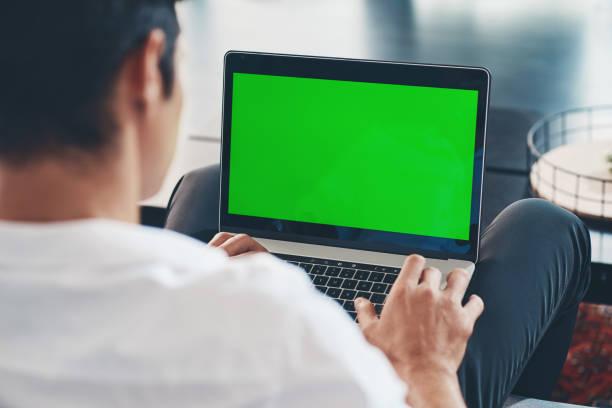 werken op zijn blog - green screen stockfoto's en -beelden