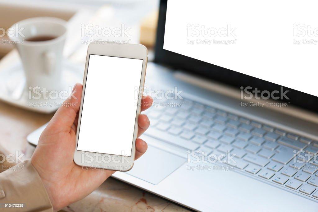 Arbeit am Laptop und Handy – Foto