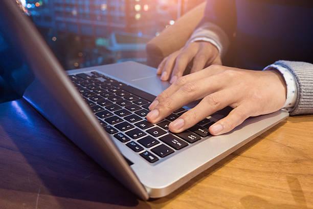 arbeiten am laptop - www kaffee oder tee stock-fotos und bilder
