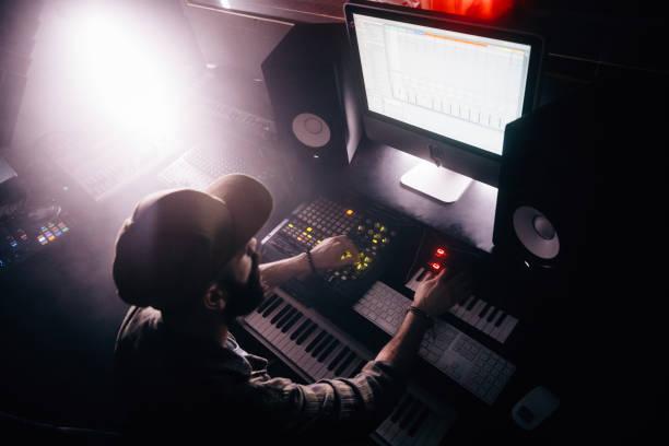 dj auf professionelles audioequipment arbeiten und produzieren von musik - postproduktion stock-fotos und bilder