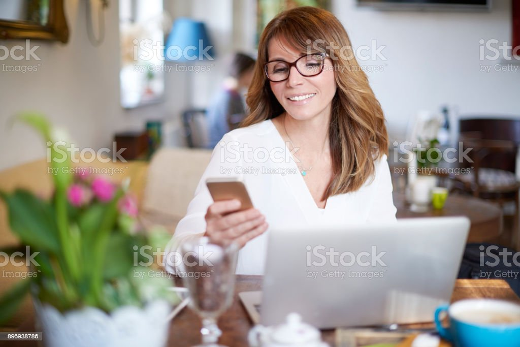 Working online in the cafe - Foto stock royalty-free di Abbigliamento casual