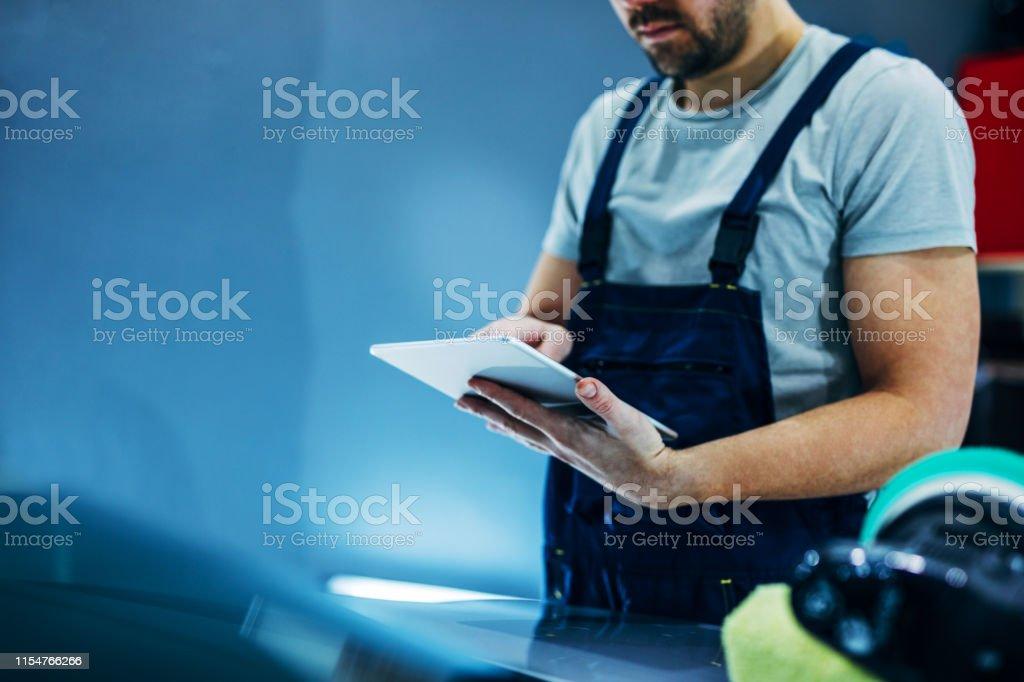 Trabajar en línea en la tableta - Foto de stock de Adulto libre de derechos
