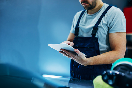 Trabajar En Línea En La Tableta Foto de stock y más banco de imágenes de Adulto