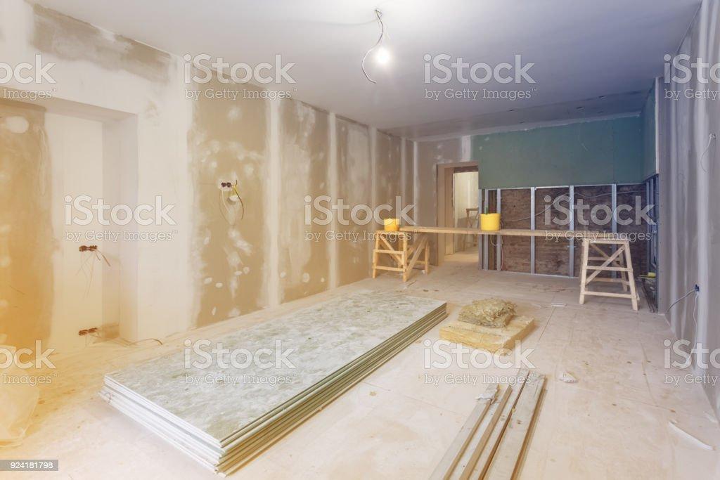 Arbeitsprozess von Installation von Metallrahmen und Gipskartonplatten (Trockenbau) ist für Gipswände und Materialien in der Wohnung unter Bau, Umbau, Renovierung, Ausbau, Restaurierung und Umbau – Foto
