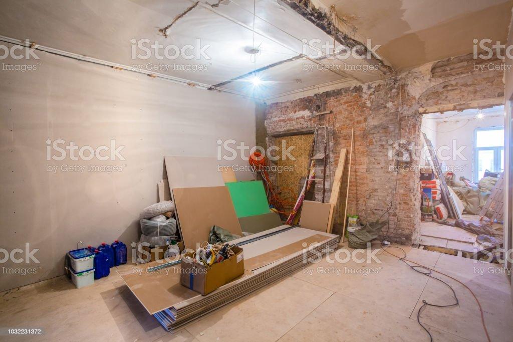 Arbeitsprozess der Installation Metallrahmen für Gipskarton - Trockenbau - für die Herstellung von Gipswände in Wohnung befindet sich im Aufbau, Umbau, Renovierung, Ausbau, Renovierung und Umbau. – Foto