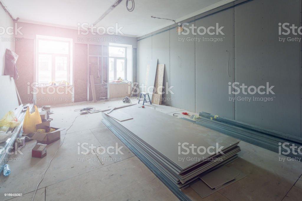 Arbeitsprozess der Installation Metallrahmen für Gipskartonplatten (Trockenbau) für die Herstellung von Gipswände in Wohnung befindet sich im Aufbau, Umbau, Renovierung, Ausbau, Sanierung und Umbau. – Foto