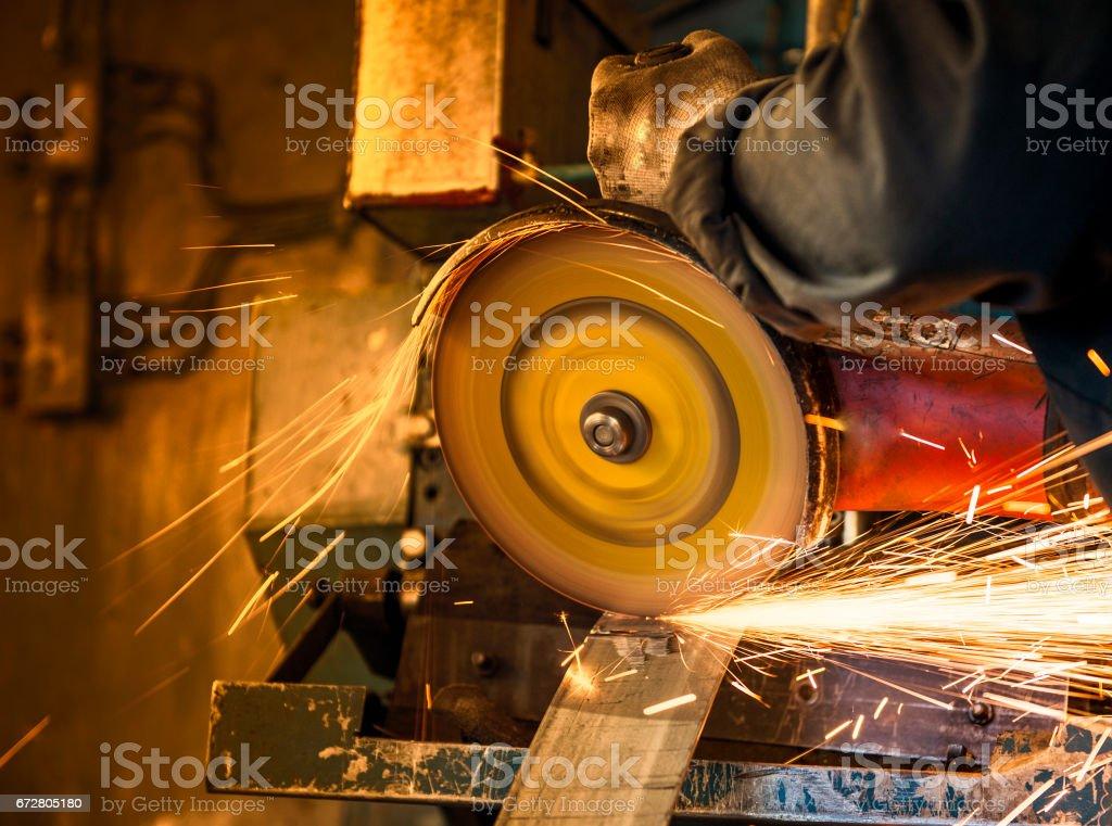 Working saws sheet metal, sparks around, close-up. – Foto