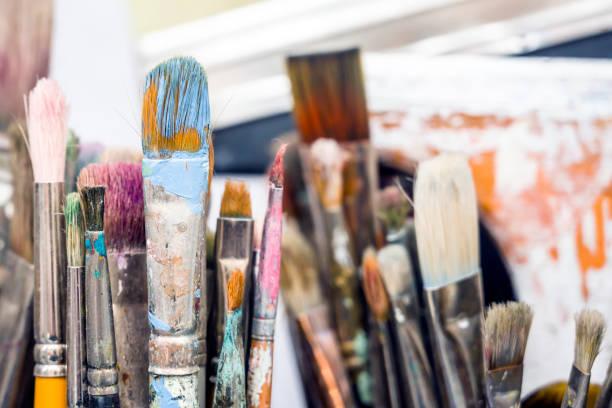 conjunto de trabalho de pincéis na oficina do artista aguardam a criação da próxima obra-prima - landscape creation kit - fotografias e filmes do acervo
