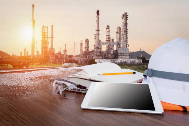 tablet ve petrol rafineri sanayi iş bitki araçlarında ile çalışma tablo mühendisi - i̇nsan yapımı yapı stok fotoğraflar ve resimler