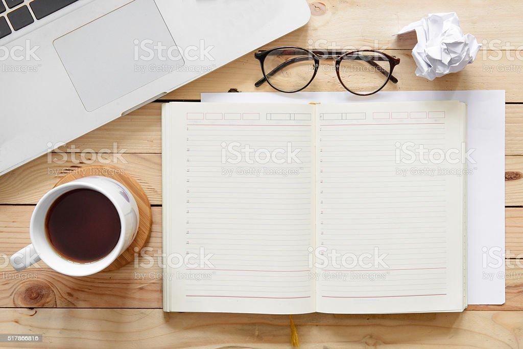 Tableau de travail avec une tasse vide bloc-notes, lunettes et comput portable - Photo