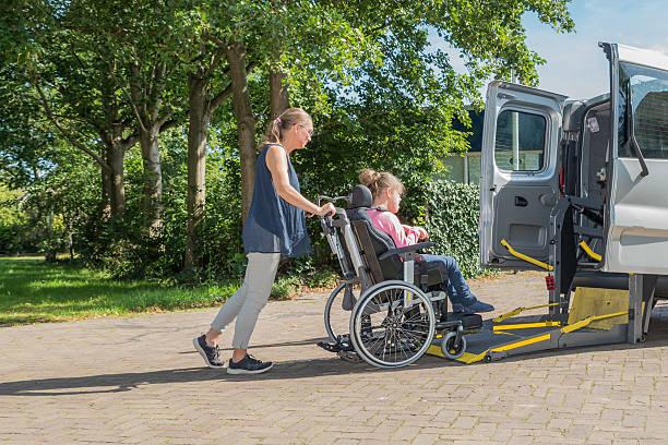 conjuntamente con discapacidad - autobuses escolares fotografías e imágenes de stock