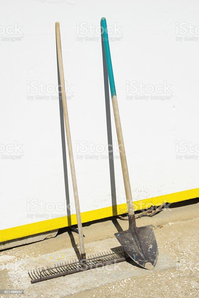 Working tools- rake and shovel Lizenzfreies stock-foto
