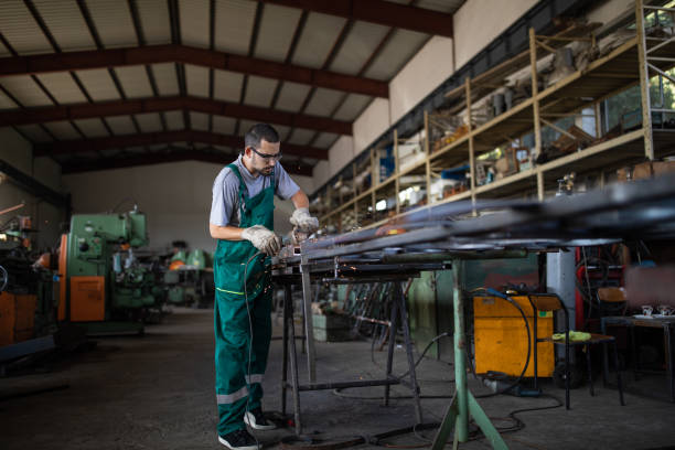Arbeiten mit Winkelschleifer in der Metallindustrie – Foto