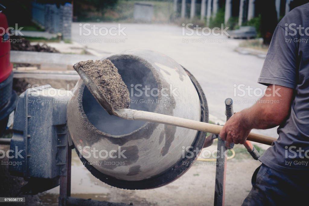 Trabajar con el mezclador concreto - foto de stock