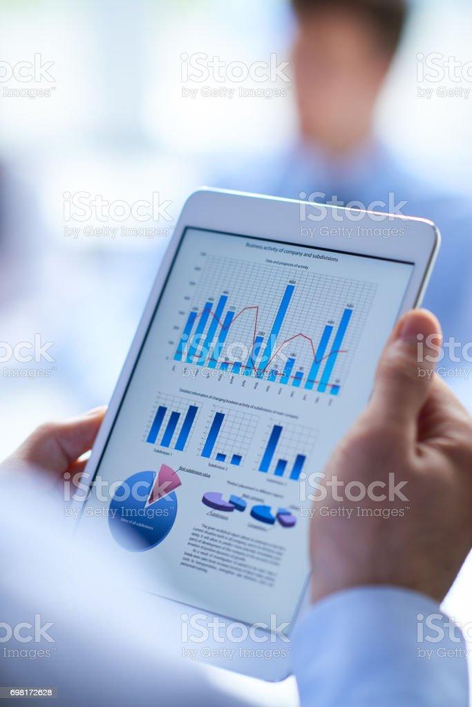 Arbeiten mit Daten auf tablet – Foto