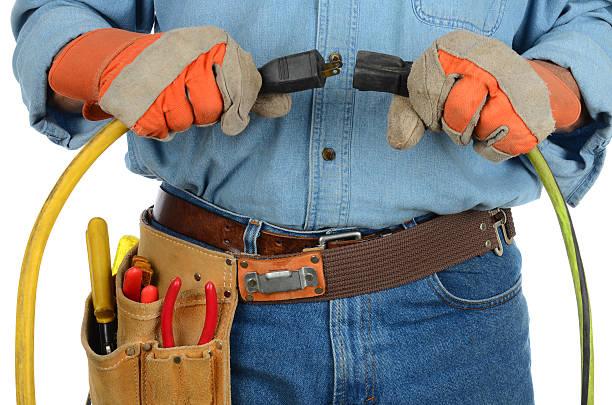 travailleur brancher extension pantalon en velours côtelé - rallonge électrique photos et images de collection