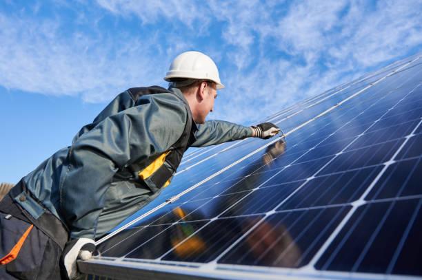 arbeiter, der auf dem boden steht und versucht, solarbatterien zusammen zu befestigen, den prozess zu installieren - mondlandefähre stock-fotos und bilder