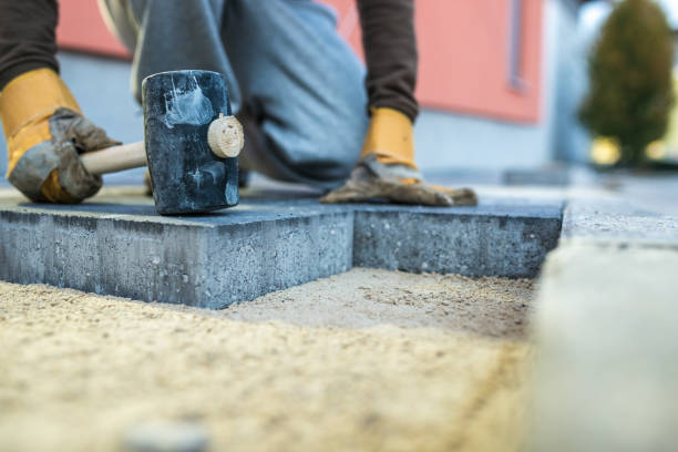 Arbeiter stopfen unten ein neue Pflasterung-Stein – Foto
