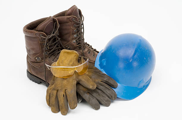 workman's leder stiefel, handschuhe, schutzhelm, sicherheit brille, isoliert auf weiss - arbeitshandschuhe stock-fotos und bilder