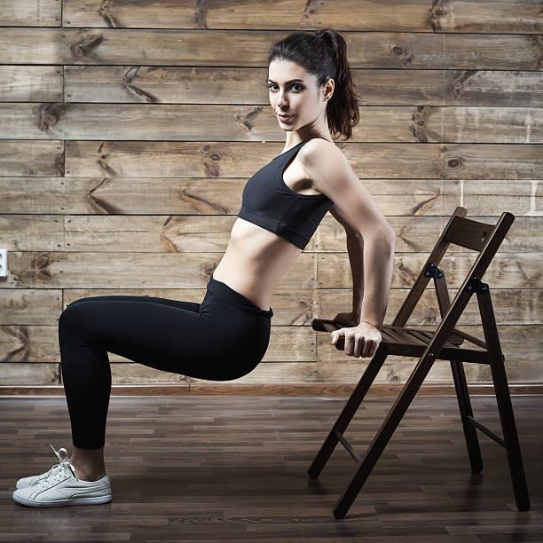 Ejercicios entrenamiento del hogar para perder peso. Mujer formación. - foto de stock