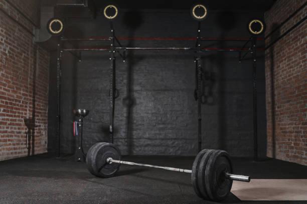 帶交叉健身設備的健身健身房 - 健身房 個照片及圖片檔