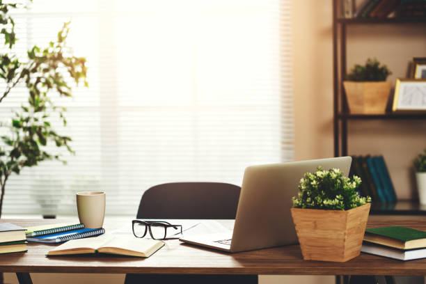 工作臺,在公寓家中的辦公室裡有電腦 - 無人 個照片及圖片檔