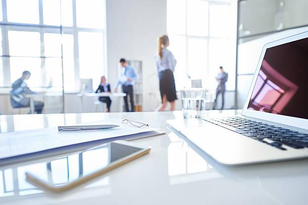 職場のリーディングビジネス - 背景に人 ストックフォトと画像