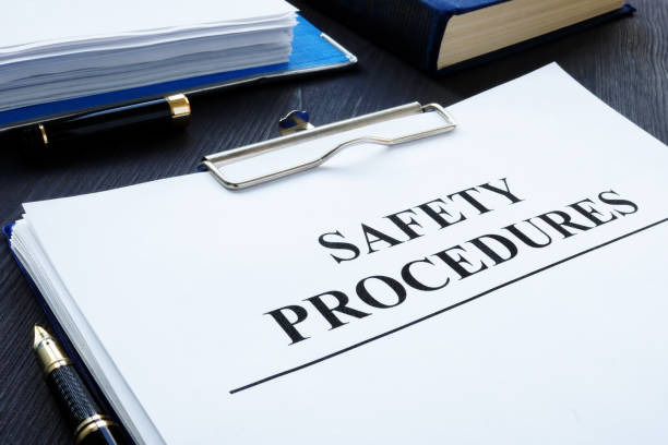 gezondheids-en veiligheids procedures op de werkplek met klembord. - veiligheidsmaatregelen stockfoto's en -beelden
