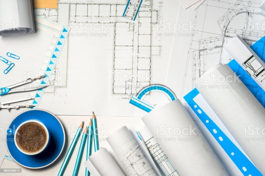Werkplek van architect - broodjes en plannen. royalty free stockfoto
