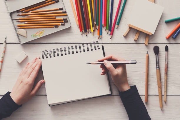 lugar de trabajo de la artista, endecha plana, alta vista, escritorio - dibujar fotografías e imágenes de stock