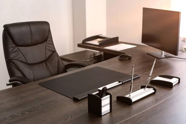 trabajo de jefe de empresa: cuero de la silla, instrumentos de escritura, monitor. - mandón fotografías e imágenes de stock