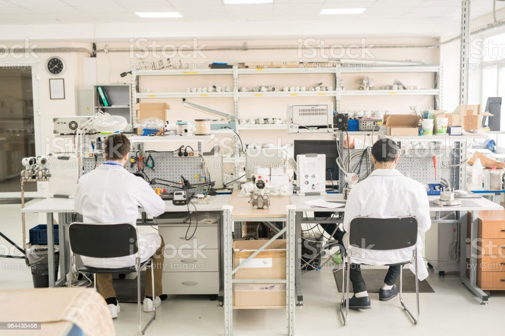 Local de trabalho do pessoal da fábrica do manómetro - Foto de stock de Adulto royalty-free