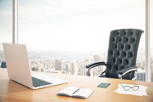 職場のヘッド、ノートパソコンと - オフィスチェア ストックフォトと画像