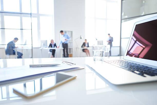 luogo di lavoro - persona in secondo piano foto e immagini stock