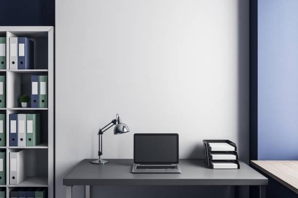 Arbeitsplatz mit Laptop und Exemplar – Foto