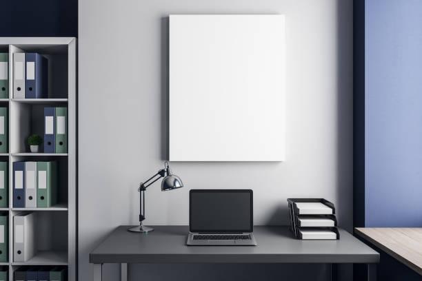 Arbeitsplatz mit Laptop und poster – Foto