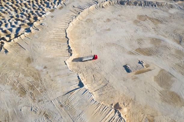 arbeiten auf industrial heap, luftansicht - aerial view soil germany stock-fotos und bilder