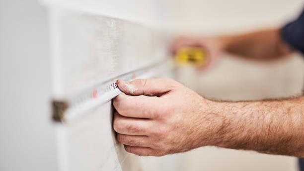 Arbeiter mit Klebeband für die Renovierung von zu Hause. – Foto