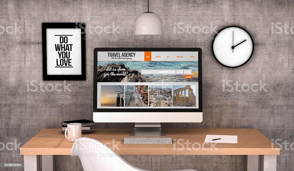 Espace de travail avec ordinateur site Web de l'agence de voyages sur site Web écran plat - Photo